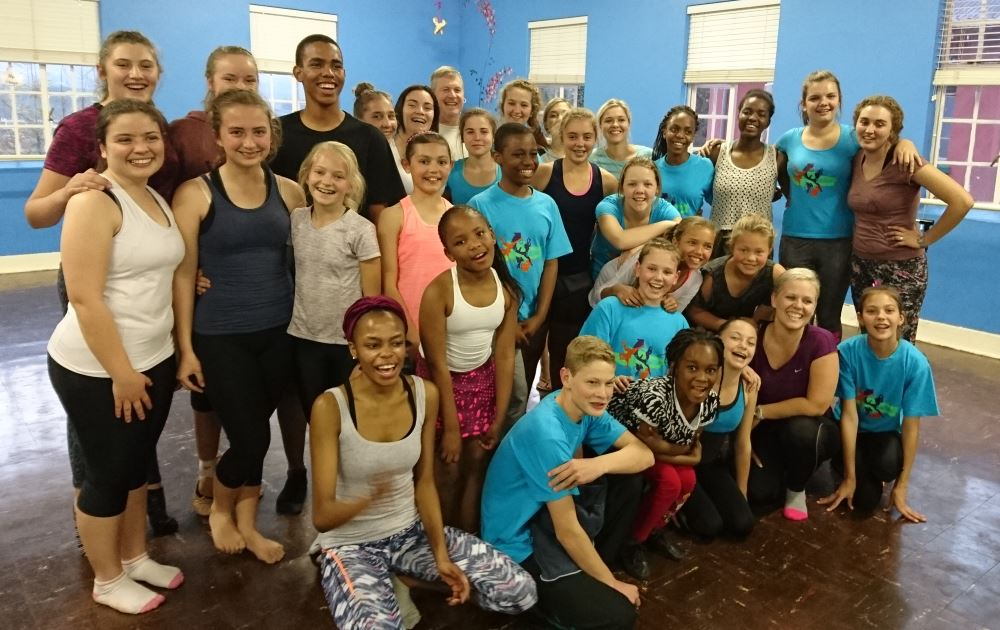 Opgewonde dansentoesiaste in die studio.