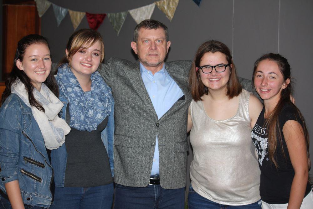Paige Stephenson, Dee-Anne Preece, mnr. Chris van Staden (beoordelaar), Cara Baker en Lera Avdysh.