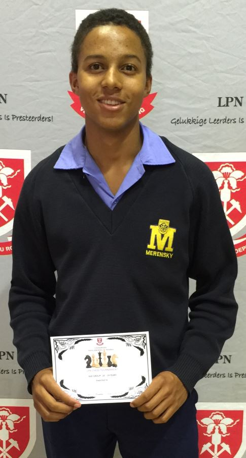Peter Mtembi ontvang 'n sertifikaat vir beste o.17-speler.