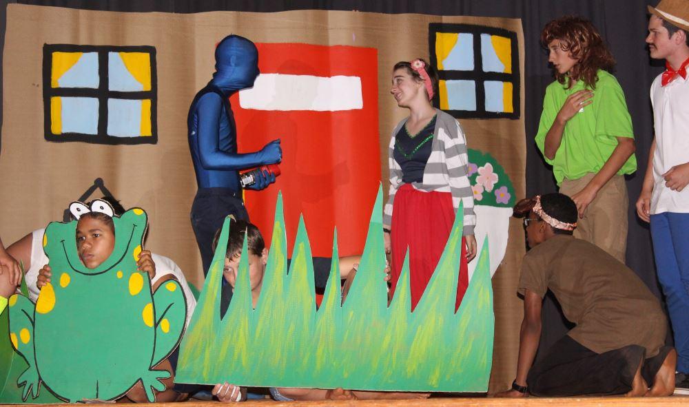 Frikkie Deysel (Xander Steyn) word deur Welma (Joëlle Bols) gevra vir 'n lys verdagtes. Shaggy (Christof Joubert) met sy hond, Scooby (Shaakir Ismail) en Fred (Retief Fourie) kyk toe.