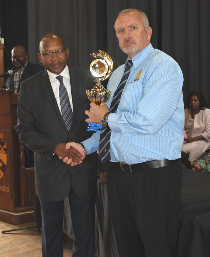 TROPHY FOR THE TOP SCHOOL IN TZANEEN CIRCUIT. Mr. Mopai (Acting Distric Director) and Mr. Magnus Steyn (Principal).