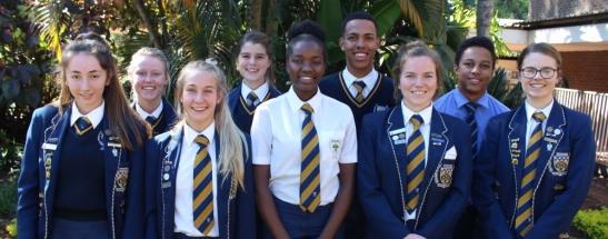 GRAAD 12 Voor: Valeriia Avdysh (1), Amelia Middleton (2), Belinda Nzadi (2), Jenna Devenish (4) en Marlu McLean (5). Agter: Hayley Stephenson (6), Zenelde Schoeman (8), Chris Bill (9) en Peter Mthembi. Afwesig: Elzette van Dyk (7)