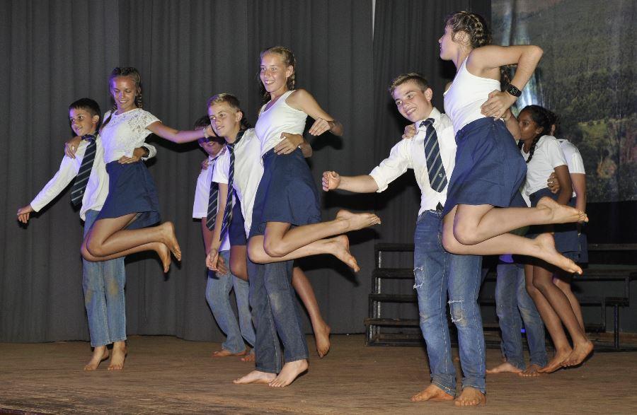 'n Groepie graad 8-dansers skoffel op die verhoog.