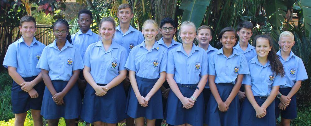 Voor: Johan van den Heever (graad 8A), Basani Shikwambana (graad 8B), Michelle Robertson (graad 8C), Amelia Booth (graad 8D), Tarien van Staden (graad 8E), Zayana Moosa (graad 8F) en Dezi de Jager (graad 8G). Agter: Senator Mahubela (graad 8B), Franco Pretorius (graad 8C), Talha Bham (graad 8D), André van der Walt (graad 8E), Tiaan Joubert (graad 8F) en Carl Dohse (graad 8G). Afwesig: Chantelle Meyer (graad 8A).