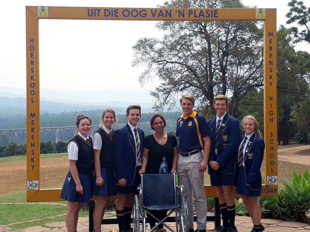SOME OF THE MERENSKY LEARNERS WORKING TOWARDS THEIR GOLD STATUS HANDING OVER THE WHEELCHAIR TO MRS BRITS Lisa MaGuire, Jenelle de Jonge, Jan-Carel van Niekerk, Ms Lindy Brits, Kieran Albertus, Luann Botha and Liza-Ri Snyman.