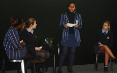 GRAAD 11-SPAN Zenesia Nukeri, Danzi Ivy, en Aimeé Schoeman luister na Simran Brahmbhatt.
