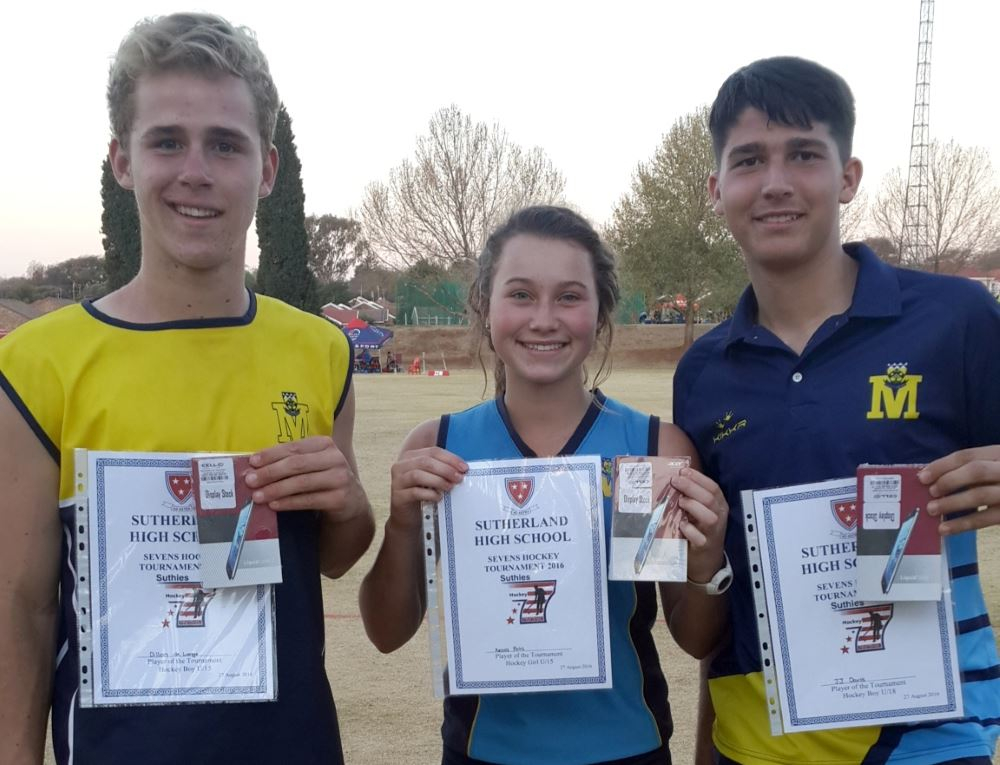 Dillon de Lange, Kesia Pohl en JJ Davis met hul medaljes.