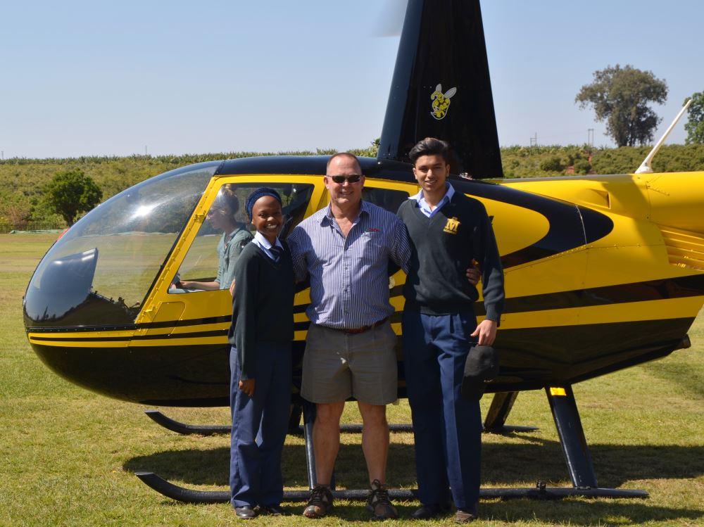 Dineo Shokane, mnr. Jacques du Toit en Shadmaan Shaik. Simoné Venter (oud-Plasie en vlieënier) sit in die helikopter.