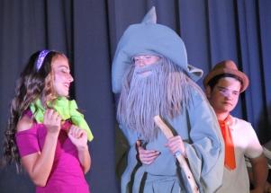 Daphne (Mariesa Schutte) vra vir Gandalf (Eric van den Dool) om te help soek na Boeta, terwyl Fred (Retief Fourie) aan 'n plan dink.
