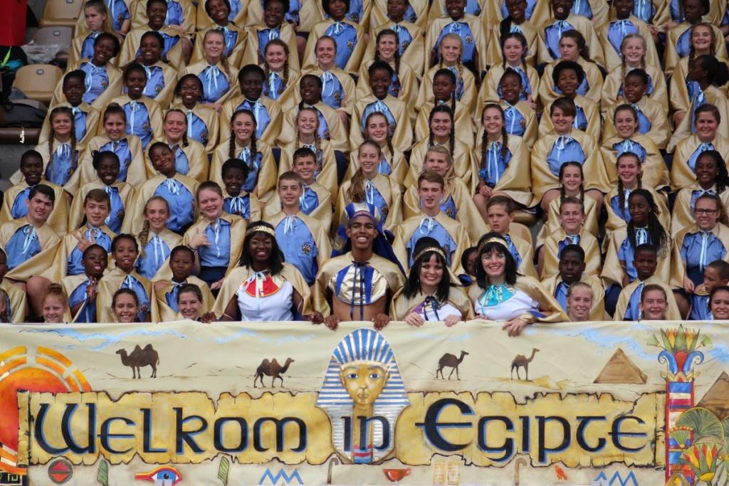 Smile like an Egyptian – Cheerleaders Belinda Nzadi, Chris Bill, Riëtte Warmenhoven and Clariska Venter leads the singing team.