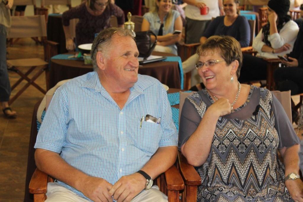 Ockert en Fransie le Roux deel 'n laaste grappie in die personeelkamer.