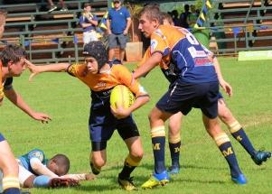 Ronan Theron beveilig die bal met Rain Terblanche wat ondersteun (o.14).