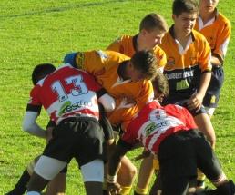 Jan Naudé stoei vir die bal met Jason Janse van Rensburg, Anru Miller en Wikus Swart.