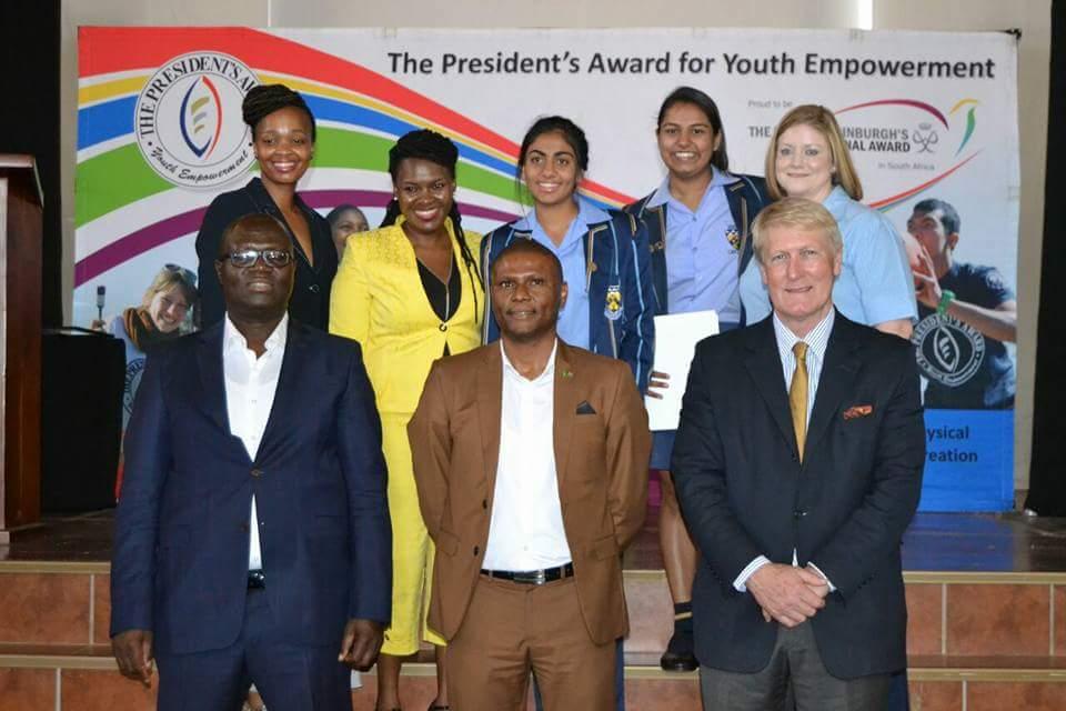 Agter: Dineo Matsheka (Programbestuurder van TPA Limpopo), Palesa Matuludi (Programbestuurder van TPA Limpopo), Rifqah Moosa, Jhillika Kesa en Yolandé Rautenbach (Merensky programleier). Voor: Mnr. Ishmeal Kgetjepe (LUR vir Onderwys in Limpopo), mnr. Nkagare Makhudu (Hoof van TPA Suid-Afrika) en mnr. Andrew Cook (Hoof van Mitchell House).
