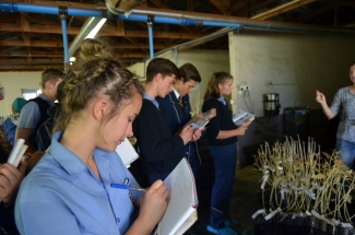 Corlene Botha, Angus Dalrymple-Hay en Donovan van Tonder maak aantekeninge.