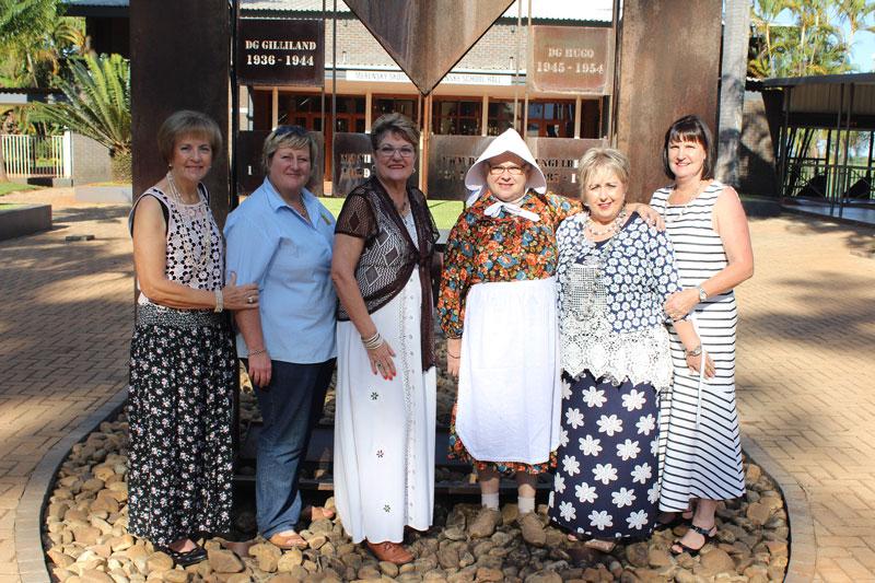 Cora Lubbe (Letaba Tuinbouklub voorsitter), Nicky Barbeiro (kurator van die Merensky Museum), Amanda du Plessis (Aan't Oewer Tuinbouklub voorsitter), Gwenneth van Schalkwyk (gasvrou), Willene Cilliers (Merensky hoofmeisie, klas van 1978) en Emmerine Marais (Merensky, klas van 1977).